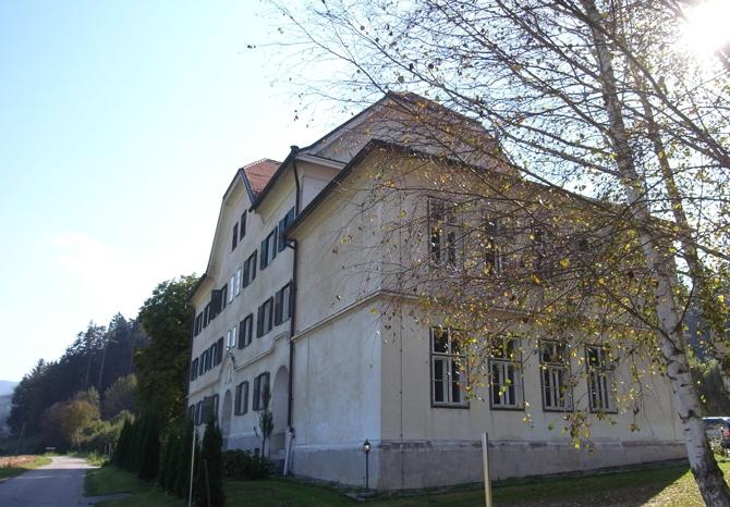 第一次大戦後、税関役場として建てられた建物は、小学校分校を兼ねた。現在は個人所有。