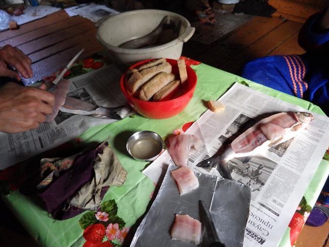 食卓に並ぶパンと生魚(2016年9月ロシア連邦にて筆者撮影)