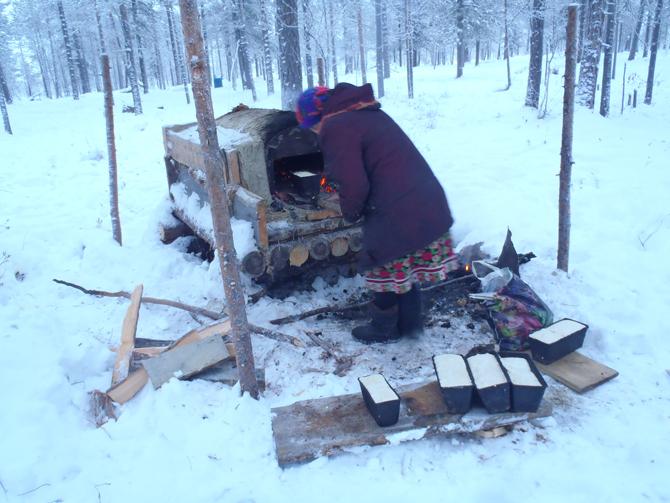 森でパンを焼く(2011年12月ロシア連邦にて筆者撮影)