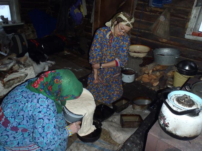 パンの作り方を教えてもらう筆者(2012年1月ロシア連邦にてタチヤーナ・モルダノヴァ氏撮影)