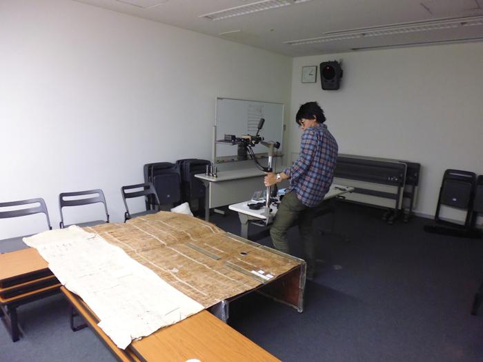 中越地震後に発見された包紙文書の撮影調査風景