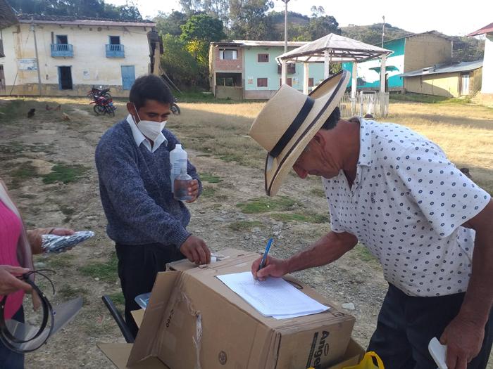 医療品の配布を受けるパコパンパ村の住民