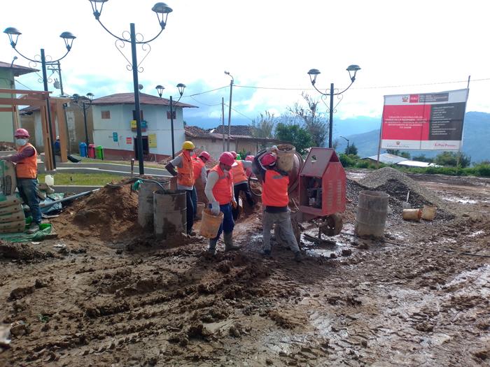 石彫広場を整備する村人たち