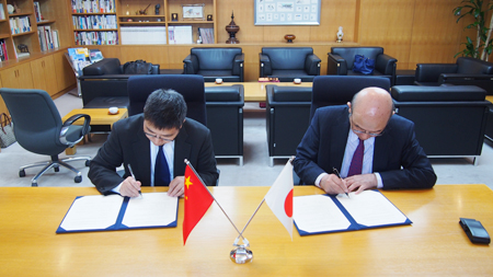 Director-General Sudo (right) and Vice-President  Luo signing the agreement