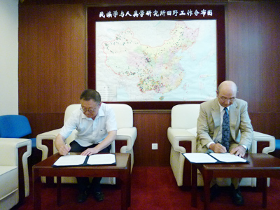 Director-General SUDO (right) and Deputy Director ZHANG, signing the agreement.