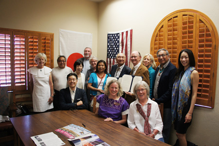 Director-General Dr. Sudo and President Dr. Breunig, surrounded by researchers of the Museum of Northern Arizona, and Assistant Professor Atsunori Ito, National Museum of Ethnology (left in front).