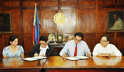 Jeremy Barns, CESO III signing the agreement (second from the right), and Dr. Wilfredo F. Vendivil (second from the left) signing the memorandum of understanding.