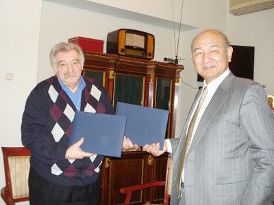 Director-General SUDO (right) and Director GRUSMAN, exchanging the agreement.